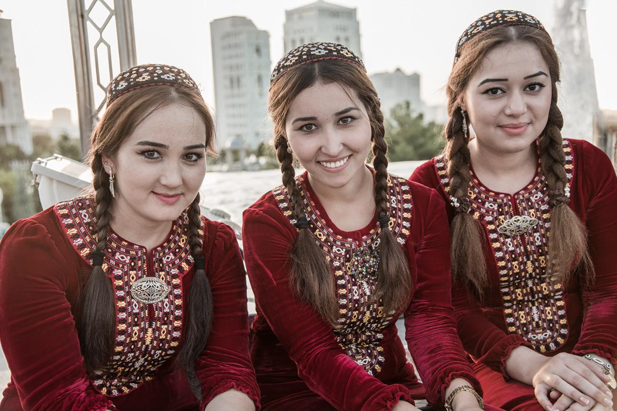 Traditionele Turkmeense vrouwen tijdens tapijtenfestival