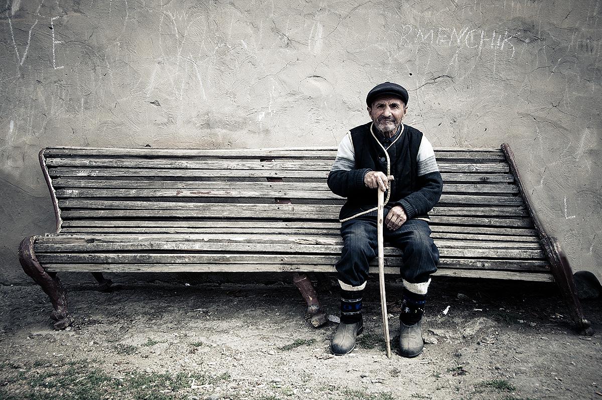 Portret van man op bankje