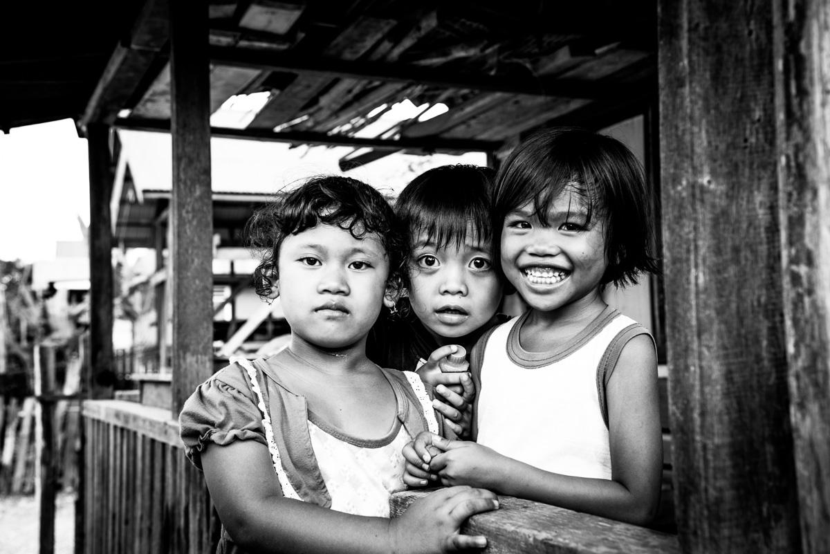 Kinderen uit het Dajak dorp