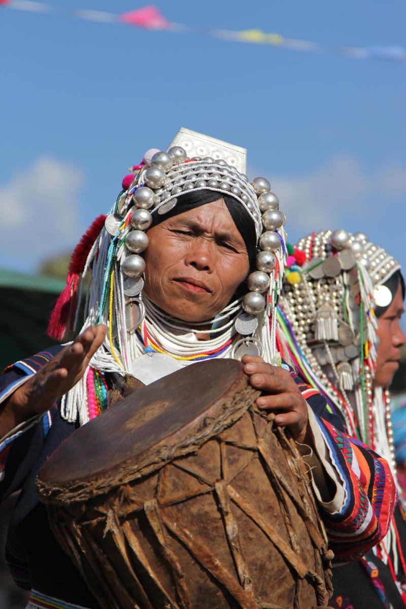 Muziek maken en dansen bij de Akha