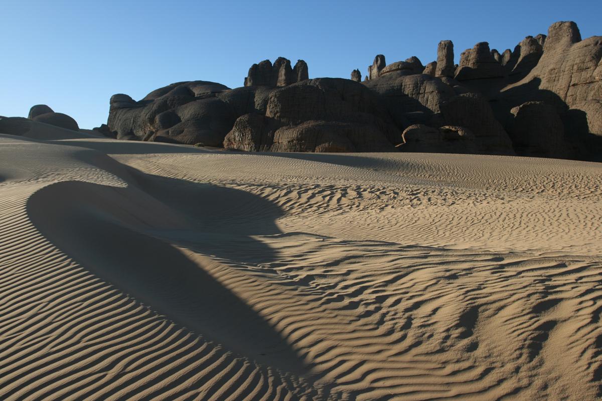 Rotsen en duinen in de Sahara