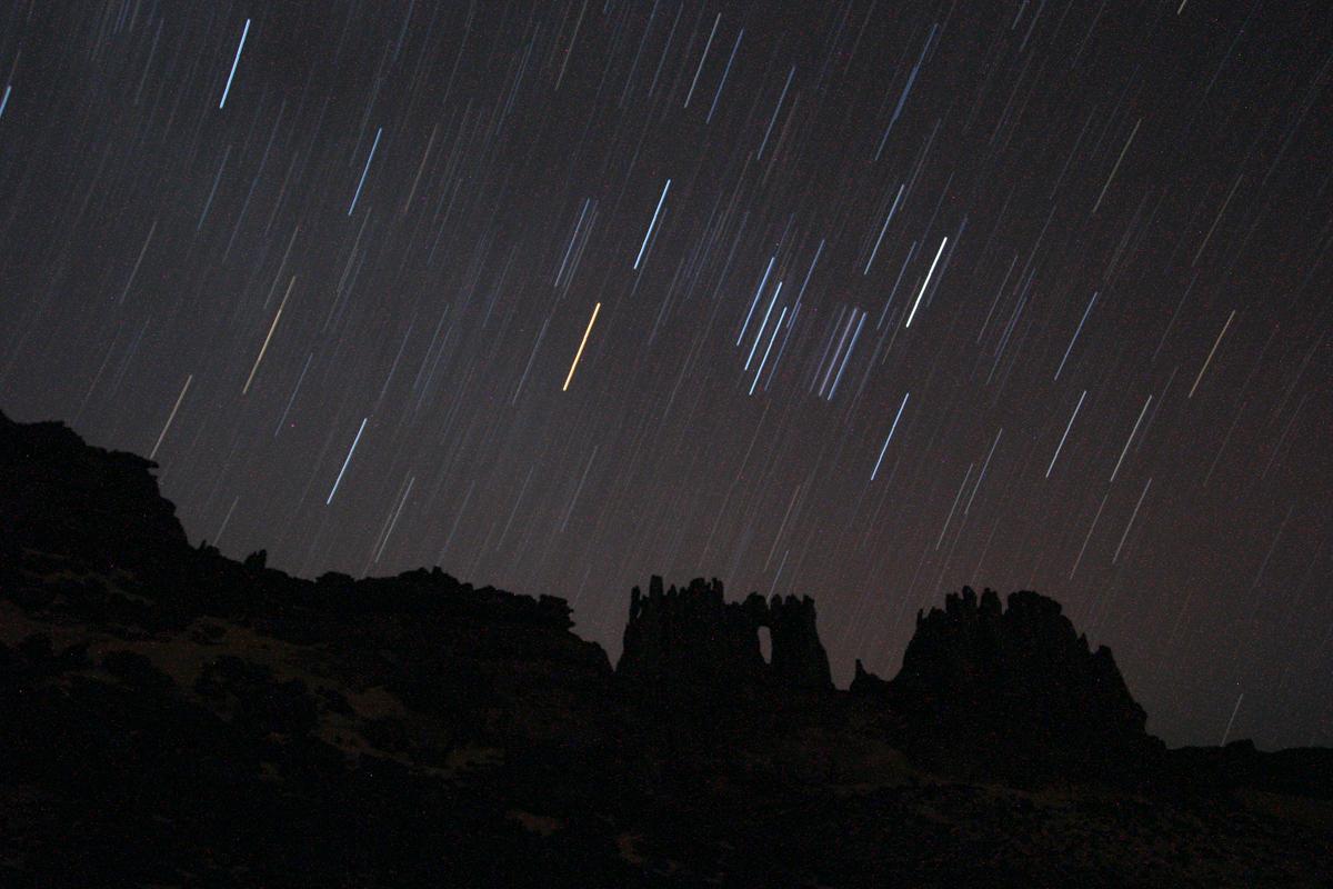Sterren in de nacht in de woestijn van Algerije