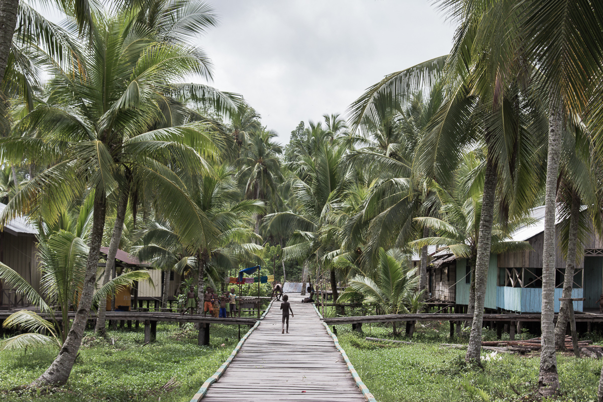 Straatbeeld van Ewer op het eiland Papoea in Indonesië