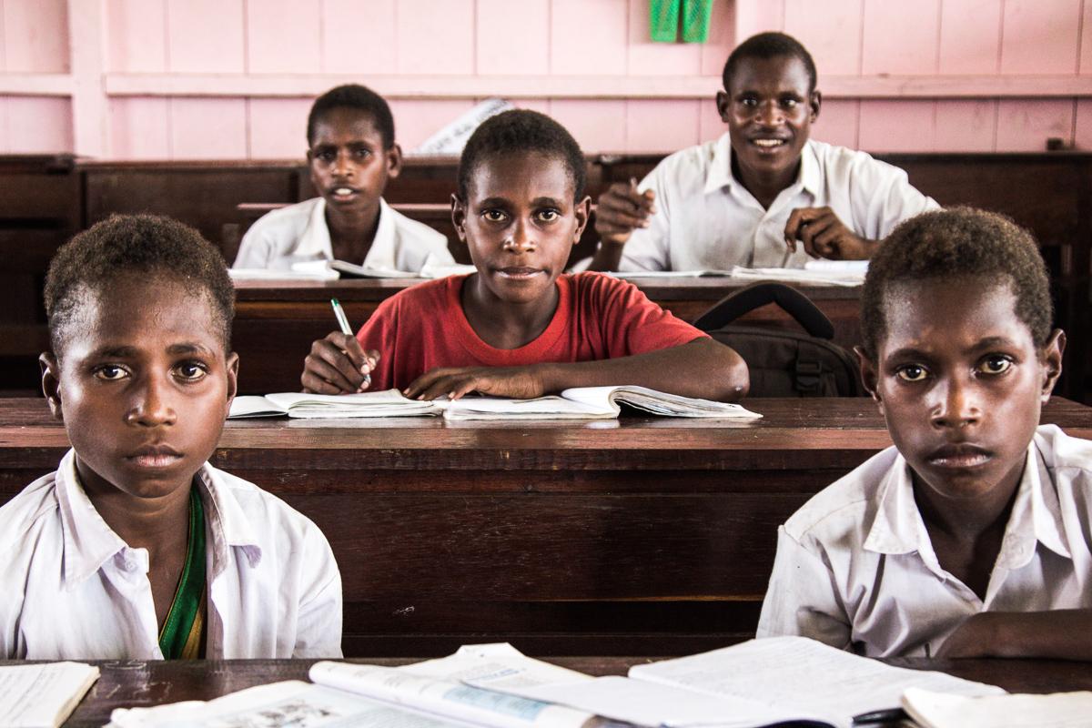 Asmat kinderen op een school in Ewer op het eiland Papoea in Indonesië