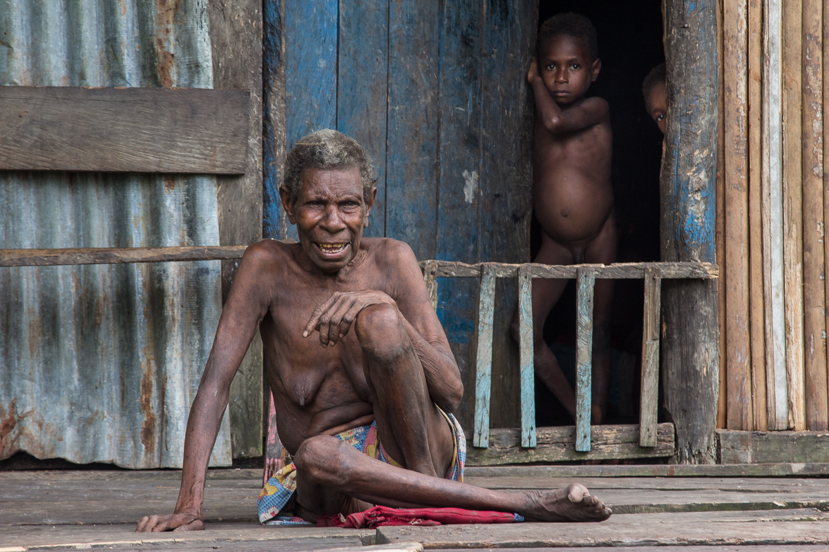 Asmat vrouw met kinderen in Ewer op het eiland Papoea in Indonesië