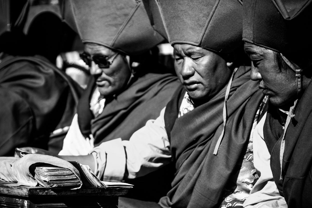 Biddende monniken tijdens Saga Dawa