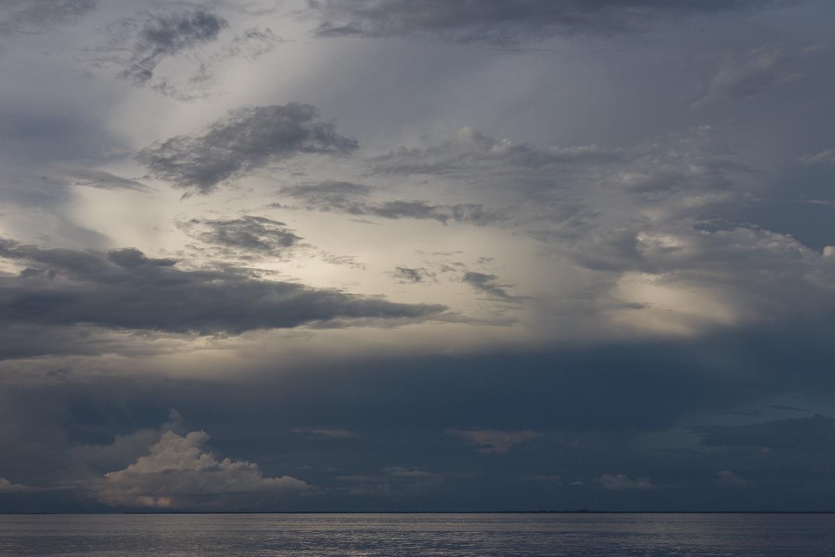 Zonsondergang op de Arafurazee in Indonesië