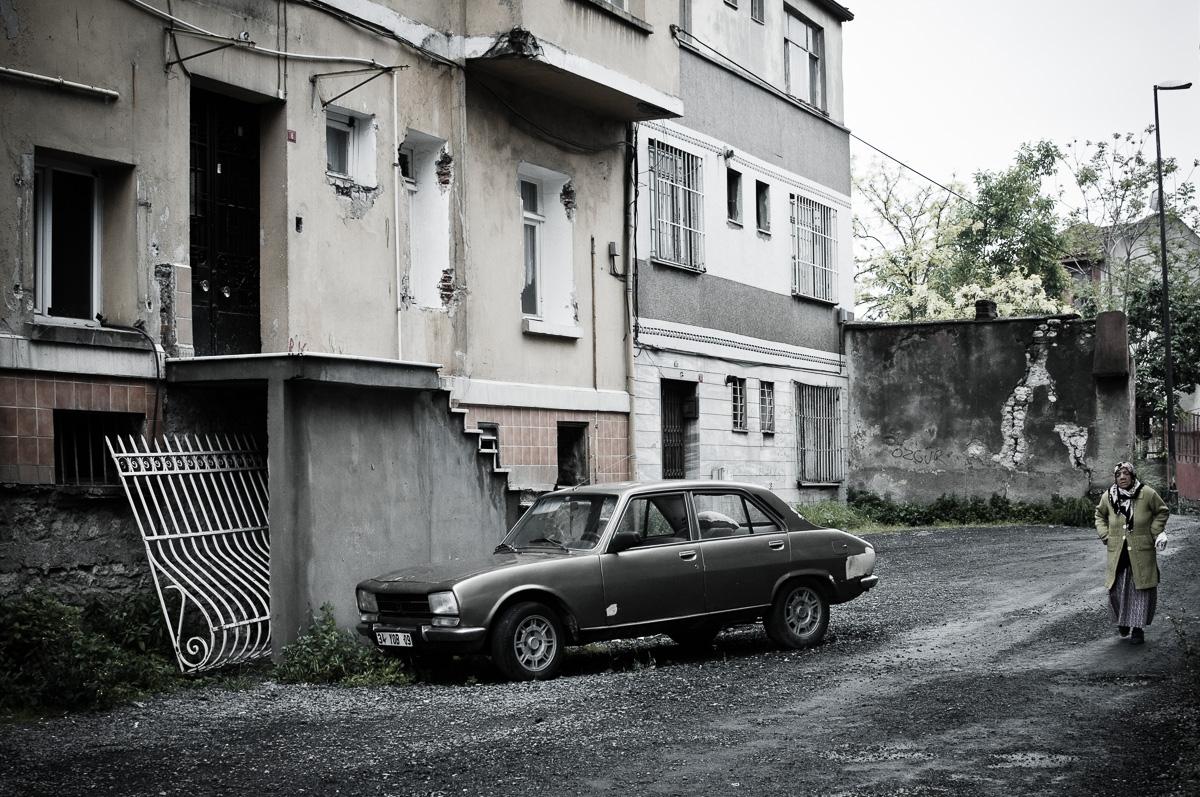 Oude auto in straatbeeld
