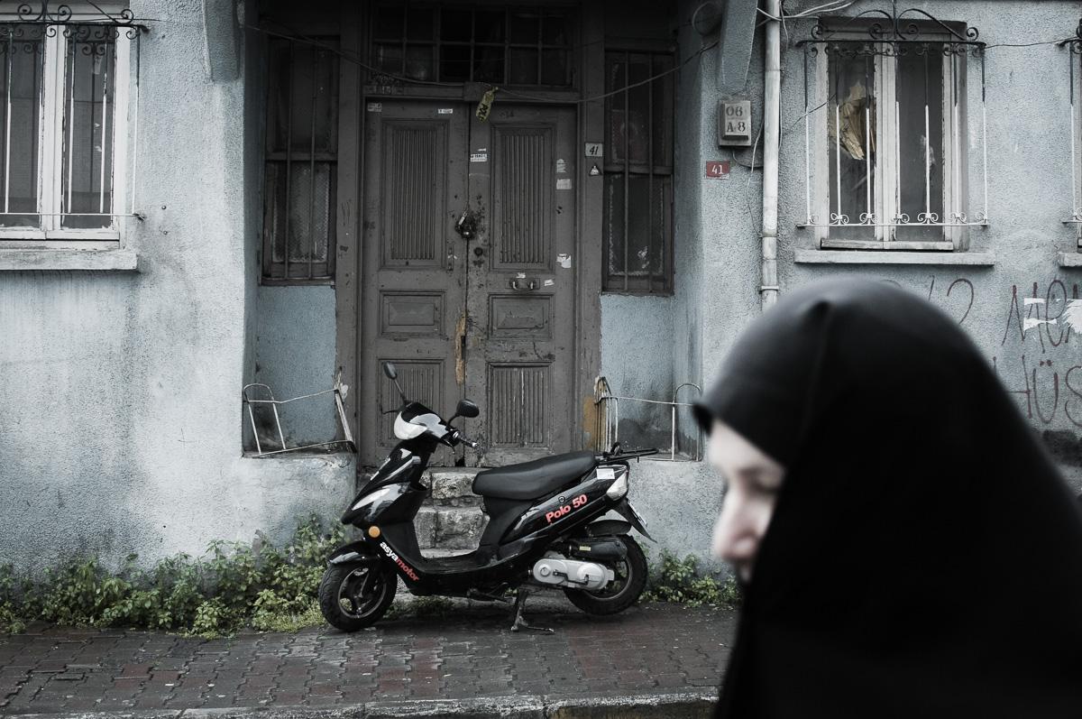 Moslim vrouw loopt voorbij